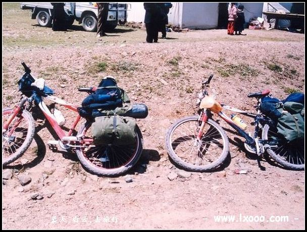 摩凝和阿一的自行车在西藏那曲地区