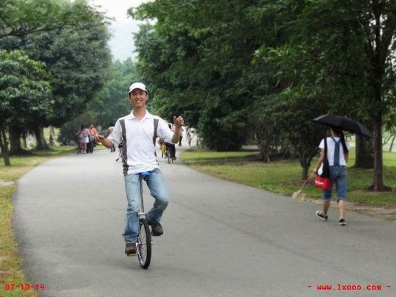 在大夫山骑独轮车的摩凝(M.Chan)