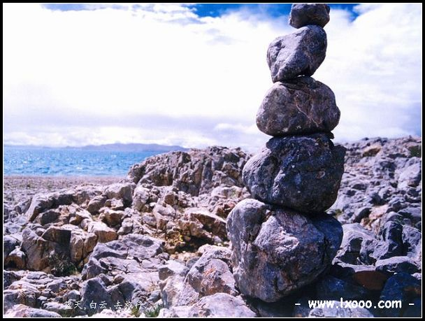 西藏纳木错湖边的玛尼堆