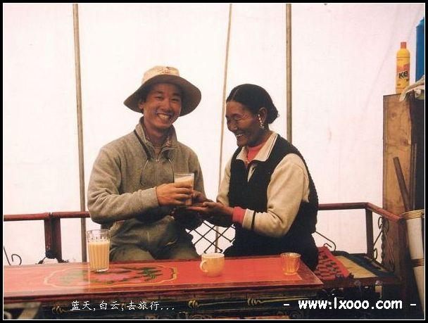 摩凝与藏族阿妈在西藏那曲地区的一个帐篷里