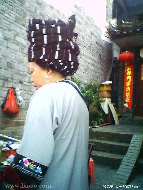 边镇街道上的苗族妇女 湘西凤凰