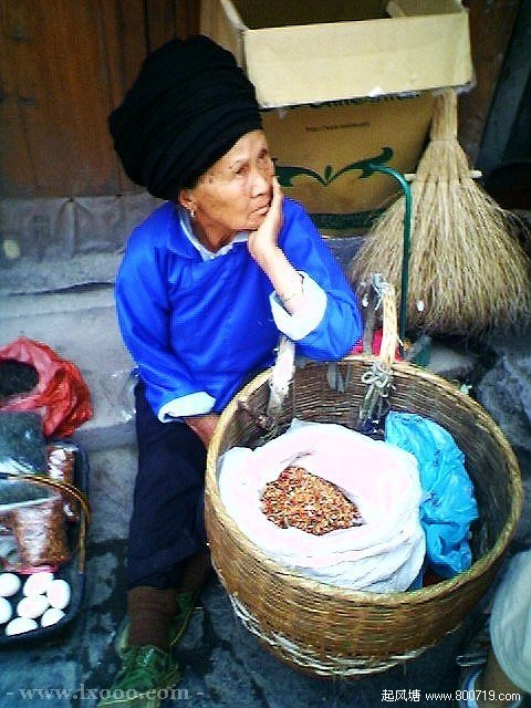 边镇卖香料的苗族老人 湘西凤凰