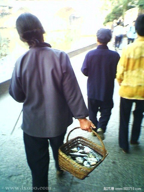 古镇上卖沱江鱼的妇女 湘西凤凰