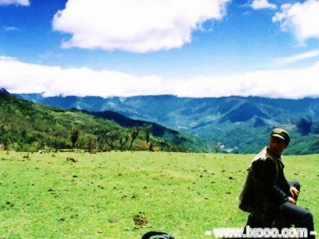 高山草原上晒太远的藏族大哥 @ 四川雅安硗碛彭措