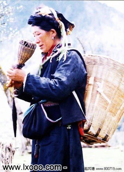 捻毛线的藏族阿妈 @ 四川雅安硗碛彭措