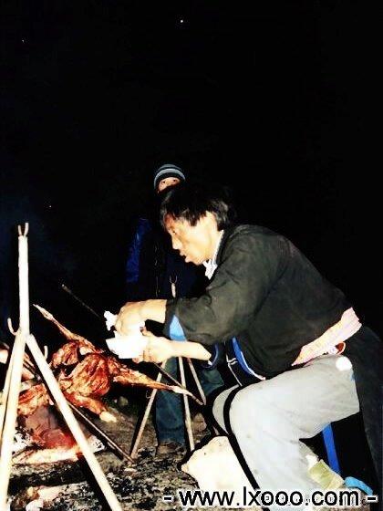 藏族大哥正往烤全羊上撒盐巴 @ 四川雅安硗碛彭措