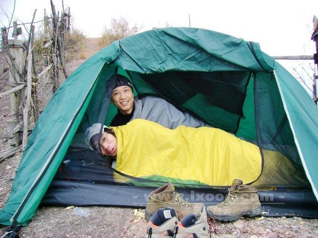 帐篷里的摩凝和阿一