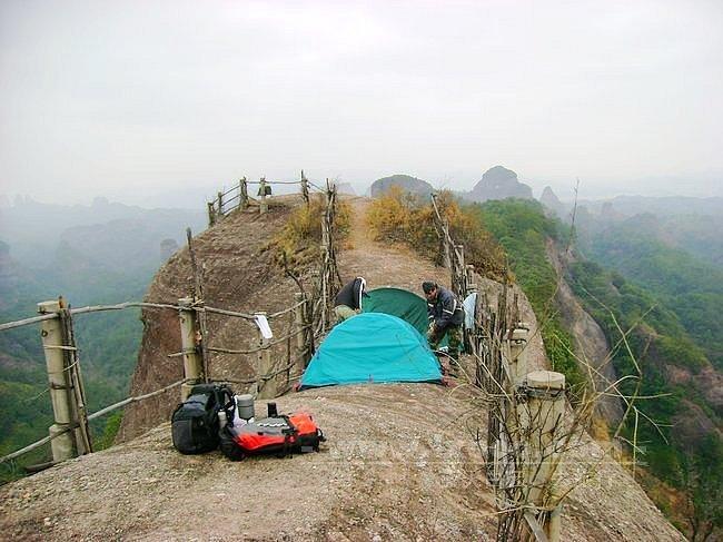 金龟岩顶上的帐篷和背囊