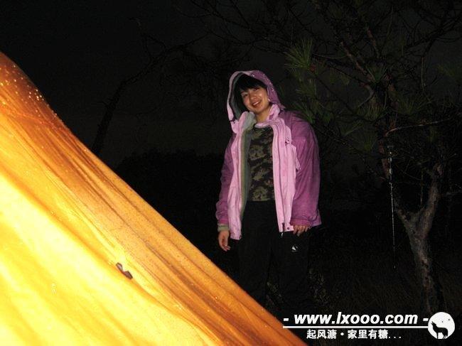 我们决定在这平顶的山上扎营,不过雨水似乎要和我们开个玩笑。我们一边扎营,它逾大。等帐篷都搭建起来,雨也就停了,一夜晴空。