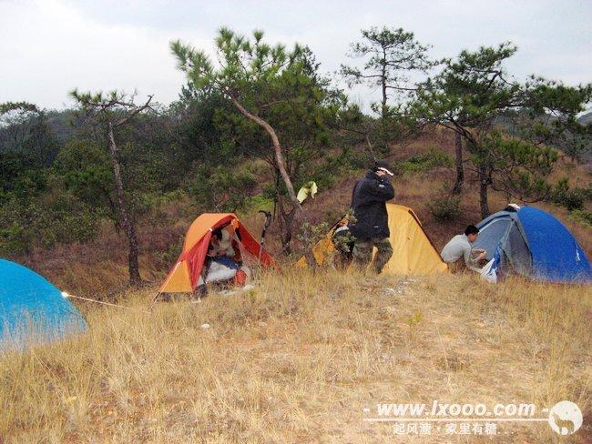 平顶的山上四顶帐篷,构成另类的风景。