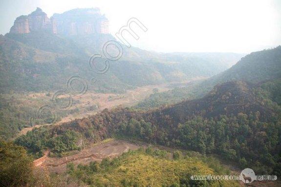 五仙岩岩下的山谷