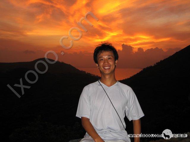 在日出前,摩凝爬到岛上山顶,到日出时不忘留影一张…