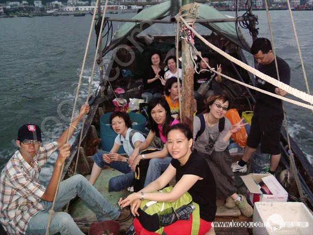 傍晚时分,跟当地渔民租一条船,乘风破浪往海岛而去…