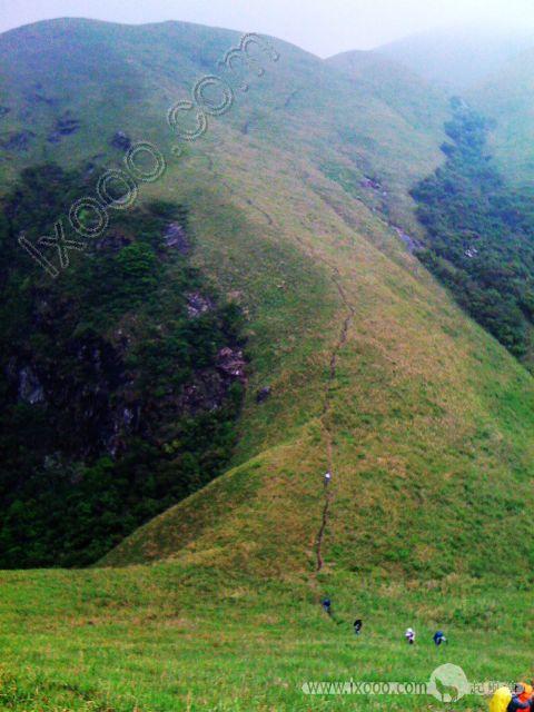 我们得翻越许多这样的1900米高海拔的山峰