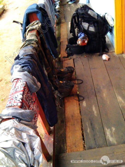 挂满我们湿淋淋的衣物的沈家大院旅社的走廊