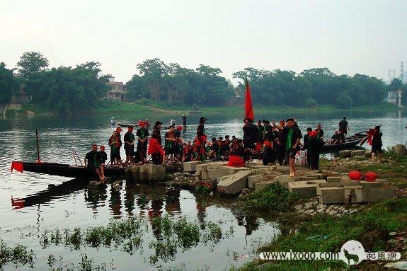 漓江畔排练龙舟的村民