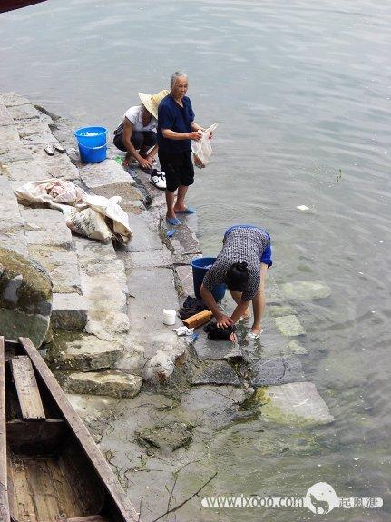 狮龙乡漓江边洗衣服的村人