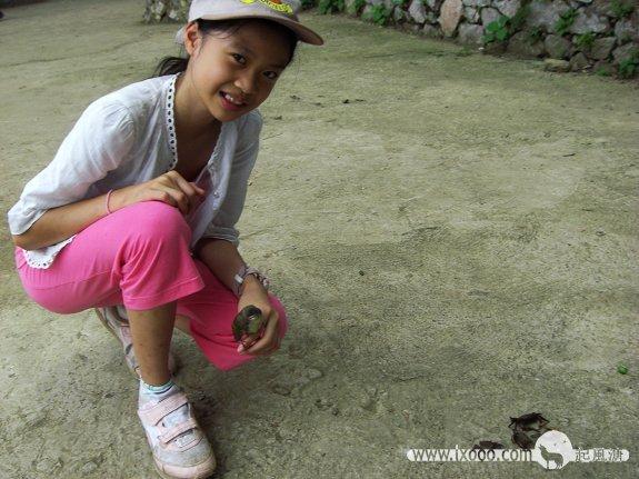 狮龙乡水泥地上玩螃蟹的Nancy