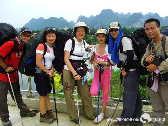 过江大桥上合影的腊酥,Sammi,阿忠,Nancy,摩凝和超哥