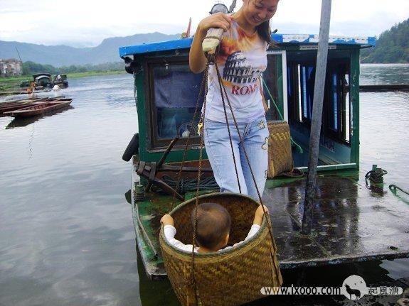 漓江大圩古镇-毛洲岛渡口的女人挑小孩