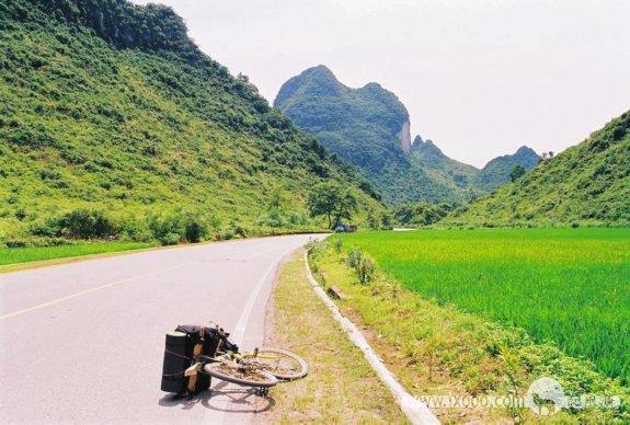 摩凝的麒麟(单车)在通往阳朔的路上——从广东进入广西以后的路都不怎么好走,直到接近阳朔。如斯美景让我不得不舍弃飞驰的快感,放下单车,来上几张照片。