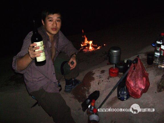 篝火前提着红酒瓶的腊酥