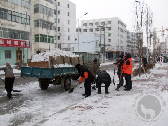 黑河旅游服务中心前面铲雪的工人