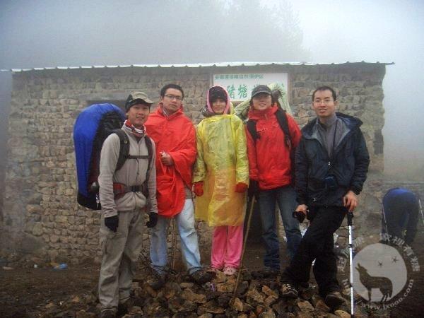 清凉峰上的护林小屋前合影:摩凝、小邱、雪梅、红梅和华士邦
