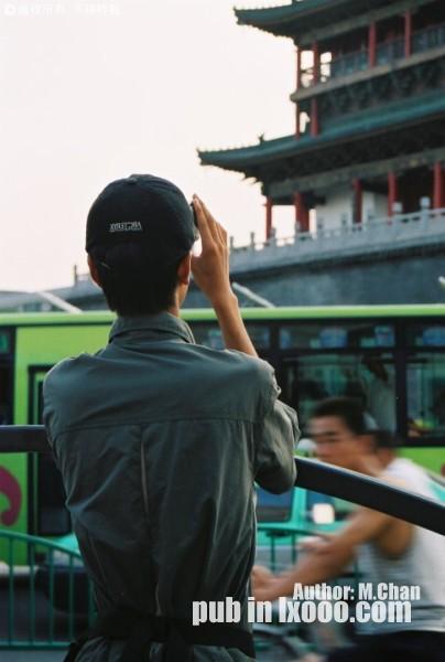 胶卷照片:西安鼓楼前摄影的河童