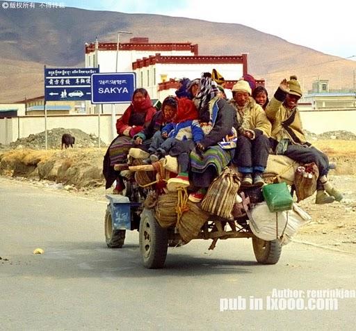 挤车的西藏人