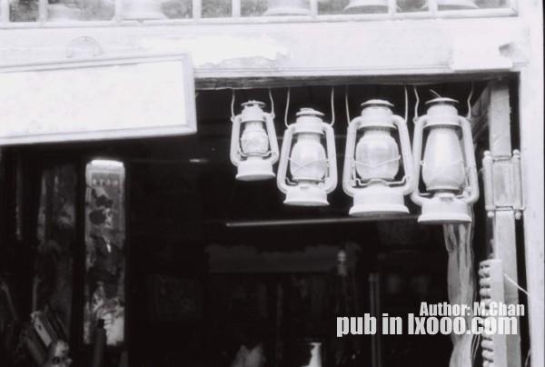 平遥古城的杂货铺前的挂灯(马灯)