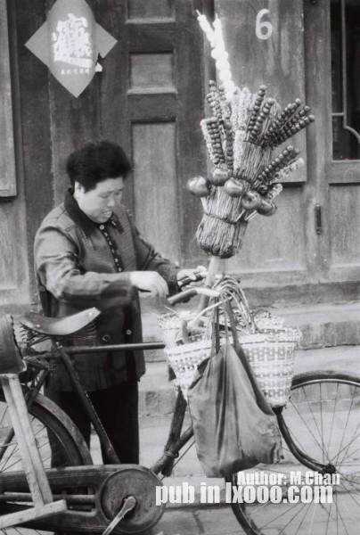 平遥古城里卖冰糖葫芦的妇女