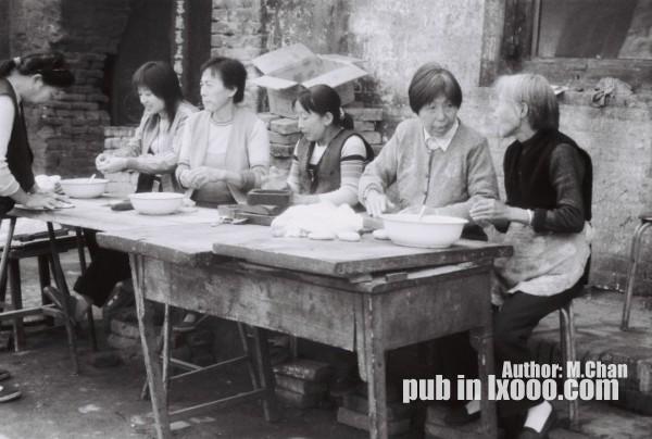 平遥古城里做面食的妇女们
