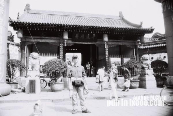 平遥古城老县府衙门前留影的摩凝(M.Chan)