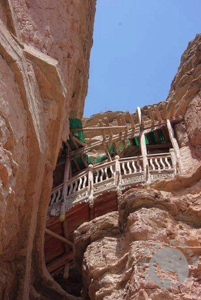 石壁中的土楼观
