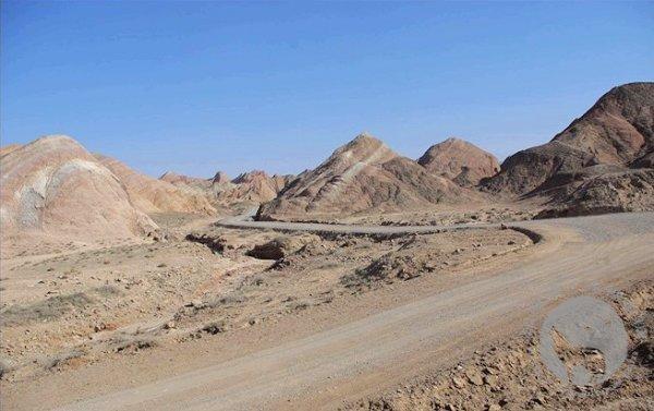 嘉峪关附近的丹霞地貌