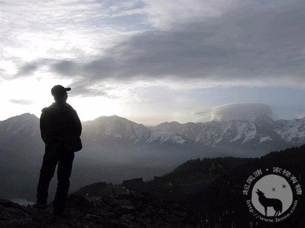 华士邦的剪影在天山