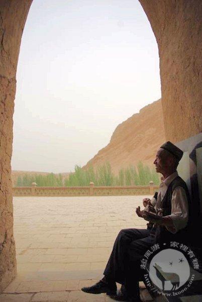 """在千佛洞听一个维族老人弹""""热图瓦"""""""
