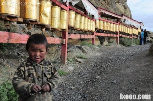 几岁的藏族小孩,在经过转有转经筒的路上,都会自觉的去转动每个转经筒