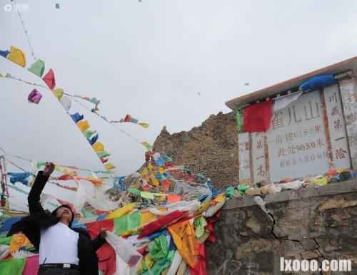 雀儿山垭口的经幡和玛尼堆·西藏