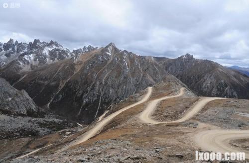 雀儿山垭口的盘山公路·西藏