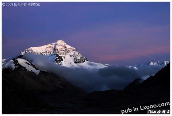 色彩绚丽的珠穆朗玛峰的背景天空@西藏