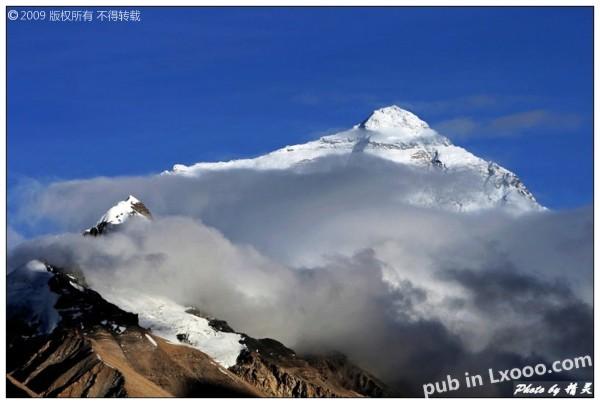 透过云层的珠穆朗玛峰@西藏