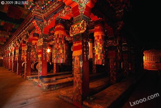 甘南郎木寺内的木柱