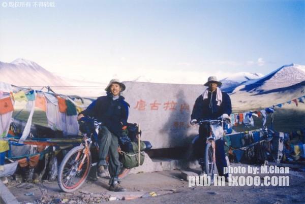 在唐古拉山口的摩凝(M.Chan)和阿一(右)
