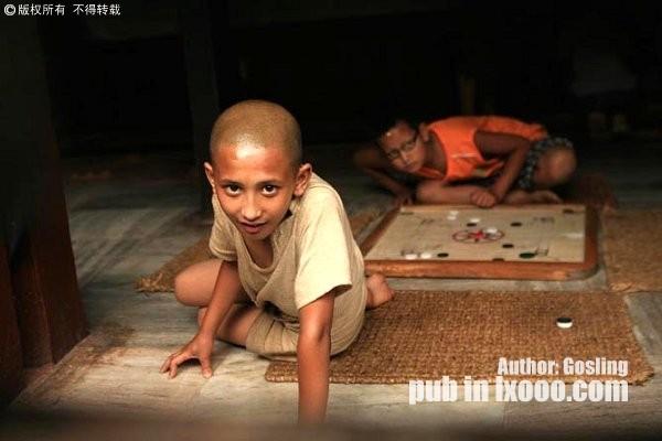 尼泊尔女神庙里的小孩