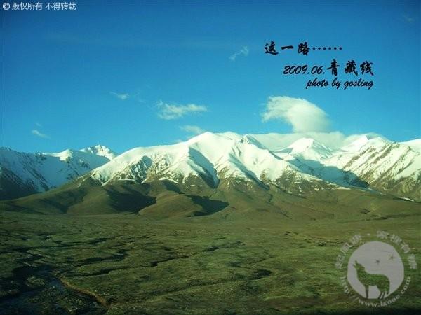 青藏铁路两旁的雪山