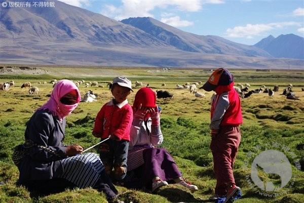 西藏纳木错附近草原上的藏族一家子