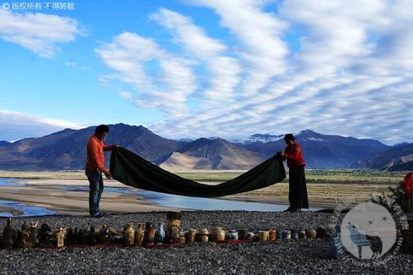 青藏线边上卖工艺品的西藏人
