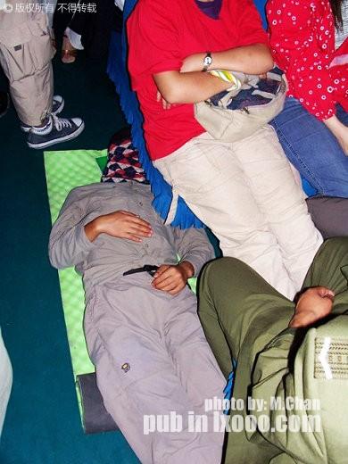 睡在火车上通道里的摩凝(M.Chan